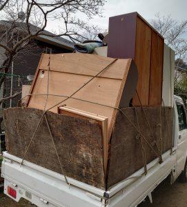 軽トラックへ粗大ゴミを積んでいます。