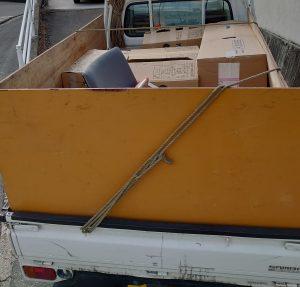 軽トラックへ不用品の入ったダンボール箱を積んでおります。